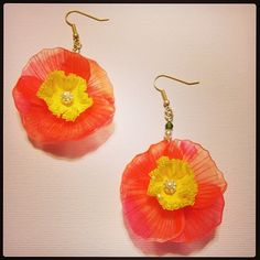 ポピーピアス 今まで何個か作ってきたけれど、毎回少しずつ作り方を変えてみている。 #shrinkplastic #poppy #earrings #プラバン #プラ板 #shrinkydinks