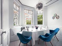 Sala de Jantar com Poltronas de Tecido Azul e Luminária Pendente