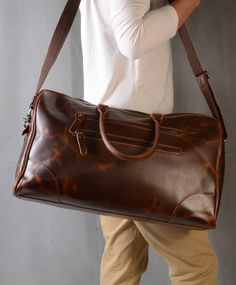 Are you interested in our leather holdall for travelling? With our leather weekend bag for man you need look no further.