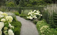 The White Garden of Sissinghurst Castle ist ein weltweit äußerst bekannter weißer Garten: Harold Nicolson und seine Frau Vita Sackville-West haben bereits