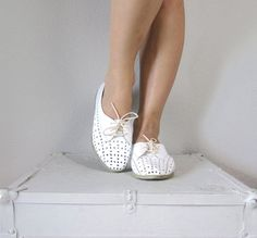 e1b0e6429daccd Vintage 1970s White Oxfords    70s Spring Lace Up Shoes NOS    size 7