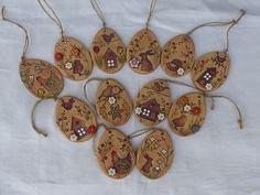 Vajíčka+k+zavěšení+měděná+/+ihned+k+odběru+rozměr+8x5,5+cm+cena+za+kus+-vybírejte+podle+čísel+na+druhém+obrázku+a+ta+prosím+napište+do+zprávy+k+objednávce+-venkovní+i+vnitřní+použití+originál+Alena+Tománková+NEKOPÍRUJTE! Clay Projects For Kids, Egg Tree, Wood Burning Patterns, Clay Crafts, Easter Crafts, Wind Chimes, Easter Eggs, Pottery, Christmas Ornaments