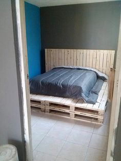 Style up your bedroom all through the use of the fancy design of the wood pallet headboard that is much easy to build up with the use of wood pallets. You just need to put the pallets alongside with one another. To avoid the boredom impact on the simple pallet headboard design, add the pallets with some paint colors effect.