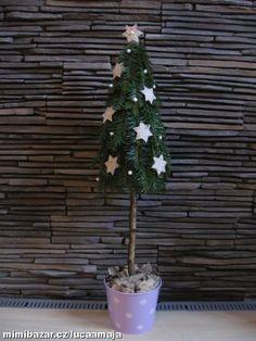 Stromeček z jehličí vánoční výzdoba před byt dům a nejen tam