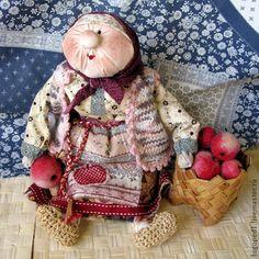 Купить или заказать Бабуля с яблоками (народная кукла) в интернет-магазине на Ярмарке Мастеров. Интерьерная подарочная кукла. Бабуля (авторский вариант) сделана по МК харАктерной бабки на сайте рукукла. Бабку дарили молодой женщине, недавно вышедшей замуж, со словами: 'Баба без дела не сидит!!!'. Бабка передавалась как символ мудрости, жизненного опыта. И руки привязывались к корзине, к делу. Пару бабка-дед можно подарить молодожёнам или молодой паре в первые пять лет супружества.