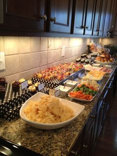 Hosting a housewarming party? You will love this extensive guide filled with ideas for housewarming party food, housewarming games, gift and decor ideas. Partys, Holiday Parties, Holiday Drinks, Food And Drink, Cooking, Food Buffet, Buffet Tables, Food Tables, Food For Party Buffet