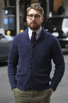 This pairing of a navy shawl cardigan and olive chinos is hard proof that a safe getup can still be seriously sharp. Fall Fashion Outfits, Fashion Night, Men's Fashion, Cardigan Azul, Cardigan Outfits, Olive Chinos, Burgundy Tie, Style Masculin, Shawl Collar Cardigan