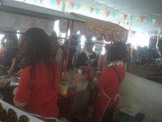 Peminat sosis bakar di stand BIG SOSIS saat acara Festival Pencak Silat Jabar 2014