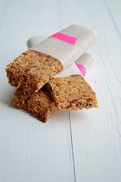 I came up with something new, oat bars. My weakest moment of the day is often around 4 o& You know it, the 4 hour cup a soup moment. Healthy Bars, Healthy Cookies, Healthy Sweets, Healthy Baking, Healthy Food, Feel Good Food, Love Food, Sweet Recipes, Snack Recipes