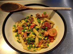 Varm pastasalat med bacon og karry