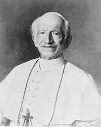 PAAVI LEO XIII ✦ Kun tähän mennessä kirkko oli pyrkinyt pysymään muuttumattomana ja tuominnut esimerkiksi uuden ajan tieteellisiä ilmiöitä, 1800- ja 1900-luvun taitteessa paavi Leo XIII toi vihdoin näkökulman, että ajan vaatimukset tulee huomioida, ja myöskin muiden kuin teologisen tieteenalan tutkimukset.