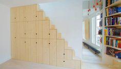 En af de smarte løsninger, som arkitekterne fandt på under renoveringen, var at kombinere et skab med en trappe.