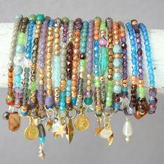 Atelier Balila fijne armbandjes van Czechische glaskralen met bedeltje in de mooiste kleuren.