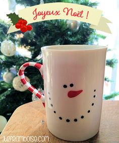 DIY: A personalized mug . (+ Tutorial) - Winter: Christmas and other cold things - noel Diy Christmas Mugs, Diy Xmas, Holiday Crafts, Winter Christmas, Mug Noel, Diy For Kids, Crafts For Kids, Diy Cadeau Noel, Painted Mugs