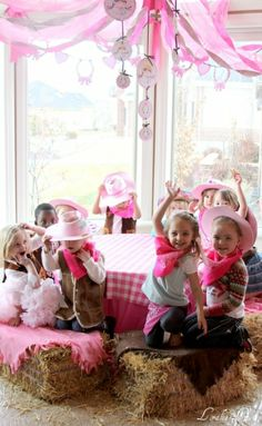 Hay bails at the table for a cowgirl party #stylishkidsparties