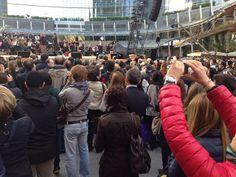 Cominciano ad affluire nella piazza i primi spettatori, per seguire le prove di #AndreaBocelli #expo365 #expo2015