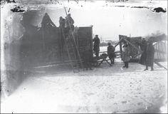Трудящиеся ТОЗа им. Л. Красина отбирают имущество у раскулаченного крестьянина, Донецкая область, 1930-ые годы.