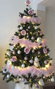 100 Shabby Chic Christmas Decors That Celebrates Your Love for All Things Vintage & Pastel – Hike n Dip – Home Decoration Vintage Pink Christmas, Shabby Chic Christmas Decorations, Pink Christmas Tree, Christmas Tree Themes, Victorian Christmas, Beautiful Christmas, Christmas Mantles, Xmas, Christmas Villages