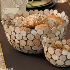 Christmas table decoration: gold and wood - Advice and tutorial ideas Table decoration Wood Log Crafts, Wood Slice Crafts, Cork Crafts, Resin Furniture, Diy Furniture Plans, Contemporary Baskets, Spiegel Design, Deco Table Noel, Driftwood Projects