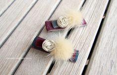 Pasador sistema pico pato forrado en cinta perfilada con lazo de terciopelo y aplique de pompón de pelo de conejo na...