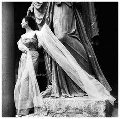 © Copyright 2013 CorbisCorporation Dorian Leigh em Traje a Rigor Formal pelos venezianos em 1952 Foto Genevieve Naylor
