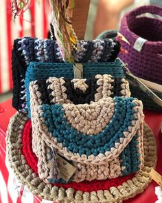 This Pin was discovered by Gül Crochet Gifts, Free Crochet, Knit Crochet, Crochet Clutch, Crochet Purses, Circle Loom, Knitting Patterns, Crochet Patterns, Crochet Shell Stitch