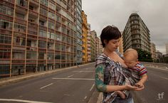 Para incentivar as mães a não se sentirem inibidas na hora de amamentar seus bebês, a jornalista Catarina Beato, 33, e o fotógrafo Tiago Figueiredo, 38, registraram mulheres amamentando em lugares públicos.