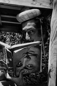 Dalí en Cadaques leyendo un libro al revés