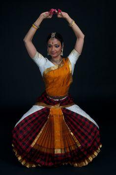 Aalaap: May 2013 Folk Dance, Dance Art, Indian Classical Dance, Dance Poses, Dance Fashion, Hindu Art, Dance Photography, Photos Of Women, Indian Girls