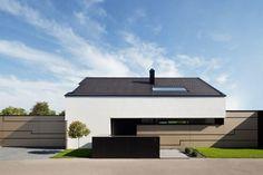 In diesem modernen Einfamilienhaus warten jede Menge Licht, Luft, Luxus und die eine oder andere coole Überraschung auf euch.