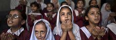 Schülerinnen in Pakistan singen und beten am Jahrestag des Anschlags auf Malala.