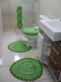 Jogo de tapetes para banheiro modelo coração confeccionado com barbante verde n6 e barbante Barroco verde multicolor. Composto por 4 peças:  - tapete pia - tapete vaso - tampo do vaso - porta papel-higiênico R$ 115,00