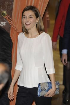 Queen Letizia of Spain attends the Rare Diseases World Day at CSIC. : Queen Letizia of Spain attends the Rare Diseases World Day at CSIC headquarters on March 2016 in Madrid, Spain. (Photo by Europa Press/Europa Press via Getty Images) Blouse Styles, Blouse Designs, Outfit Elegantes, Denim And Lace, Couture Tops, Queen Letizia, Blouse And Skirt, Womens Fashion For Work, Royal Fashion