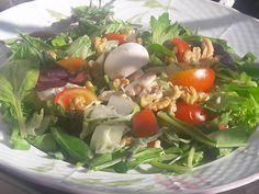 En güzel mutfak paylaşımları için kanalımıza abone olunuz. http://www.kadinika.com Sabah kahvaltısı geç yapılıp abartılırsa akşam yemeği böyle bol vitaminli ve sağlıkĺi olur tavsiye ederim vücudumuzun dengesini sağlamak kilo almamak icin Akdeniz Yeşillikleri 6 adet çig Mantar 1 avuç Ceviz 2 adet Yeşil Soğan 8 adet Ceri Domates Sosu: 1 yemek kaşığı Nar ekşisi 2 yemek kaşığı Zeytinyağ Tuz ben kullanmıyorum #instafoodie #instagood #instafoodapp #instafood #yemekrium #mucizetatlar…