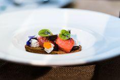 Che luogo mette insime grandi chef, olive straordinarie e una locazione da sogno se non MediTaggiasca 2017? Tornarci dopo la mia esperienza del 2015 (che potete leggere qui e qui) è stato fantastico e questa volta ero in bella compagnia,… Leggi tutto