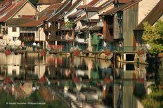 La Loue dans la traversée d'Ornans, petite cité comtoise de caractère.