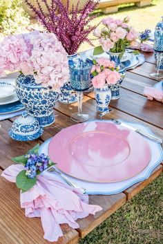 Get inspired by these blue table setting ideas and start preparing a really fancy dinner with your friends in a luxury environment! dinner place Modern Center Tables For Luxury Living Rooms Table Rose, Pink Table, Table Set Up, Blue Table Settings, Beautiful Table Settings, Place Settings, Chinoiserie, Center Table, Deco Table