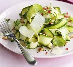 Kook de prei 3 minuten. Giet het af en laat het uitlekken. Snijd de groenten.Verwarm de grill en besmeer een lage bakplaat met olie. Leg de groenten erop Grill de groenten 3-4 minuten. Maak een dressing van citroensap, olie, knoflook, peper en zout.  Schenk de dressing over de groenten. Verdeel …