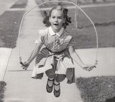 1950 saltando en la acera