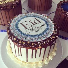 Eid Ramadan, Eid Mubarik, Cake Decorating Techniques, Cake Decorating Tips, Eid Biscuits, Eid Images, Chanel Cake, Eid Food, Eid Party
