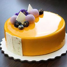Манго/маракуйя ! Внутри мусс манго/маракуйя ,креме крем-брюле ,желе с манго ,хрустящий слой с вафлей ,пралине и маракуйей ,миндальный бисквит ! Хорошего вечера ...