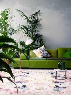 Salon thème jungle avec canapé design vert