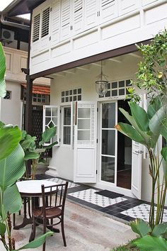 New Exterior De Casas Vintage Ideas Colonial Mansion, Thai House, British Colonial Style, Indochine, Villa, Tropical Houses, Small Patio, White Houses, Traditional House