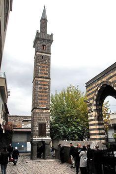 Dört ayaklı minare (Şeyh Mutahhar Camii)/Diyarbakır/// Anadolu'nun tek dört ayaklı minare örneğidir. Dört ayak, dört İslam mezhebini simgeler. Bir inanışa göre yedi defa sütunların altından geçenin dileği kabul edilir. Cool Countries, Countries Of The World, Islamic Architecture, Ottoman Empire, The Province, Place Of Worship, Mosque, Beautiful Places, Landscape