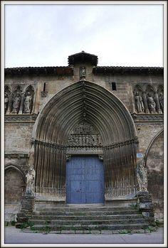 La iglesia del Santo Sepulcro de Estella Navarra.  Está situada en la antigua Rúa de los Peregrinos.  This gothic portal is from the early 14th C.