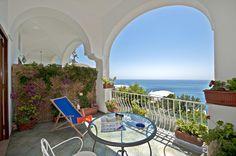 Begin de dag van uw onvergetelijke vakantie goed door op uw eigen balkon te genieten van een ontbijt, terwijl u het prachtige uitzicht op de Middellandse...