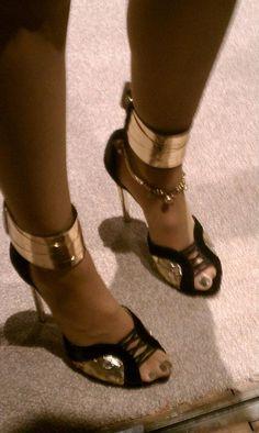 Super fierce! Love Elle Macpherson's black & gold heels! #macys #fashionstar #Macysfashionstar #goldheels #shoes