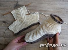 Easy One Piece Knit Ribbed Slippers Free Knitting Pattern + Video Knitted Booties, Knitted Slippers, Knitted Hats, Knitting Socks, Knitting Stitches, Free Knitting, Crochet Socks, Knit Slippers Free Pattern, Knitting Accessories