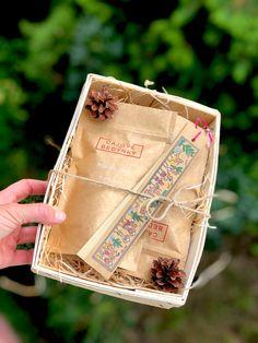 Dárkový balíček čaje a koření pro milovníky indického masala chai nebo-li yogi. Doplněný o originální záložku ručně malovanou na palmový list. Masala Chai, Korn, Decorative Boxes, Chai, Decorative Storage Boxes