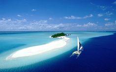 Segelboot vor einer namenlosen pazifischen Mini-Insel: Seit Jahrzehnten bereist...